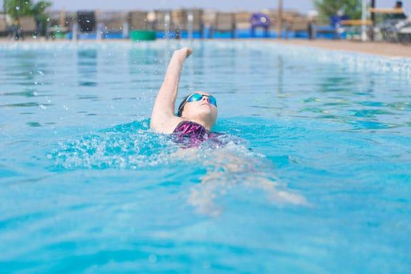aprender todo sobre los beneficios de nadar de espalda