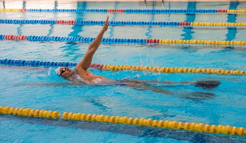 cómo-nadar-de-espalda-4