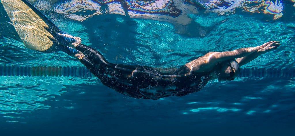 natacion-con-aletas-1