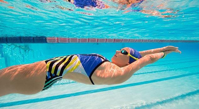Beneficios de nadar de espalda: Todo lo que necesita conocer