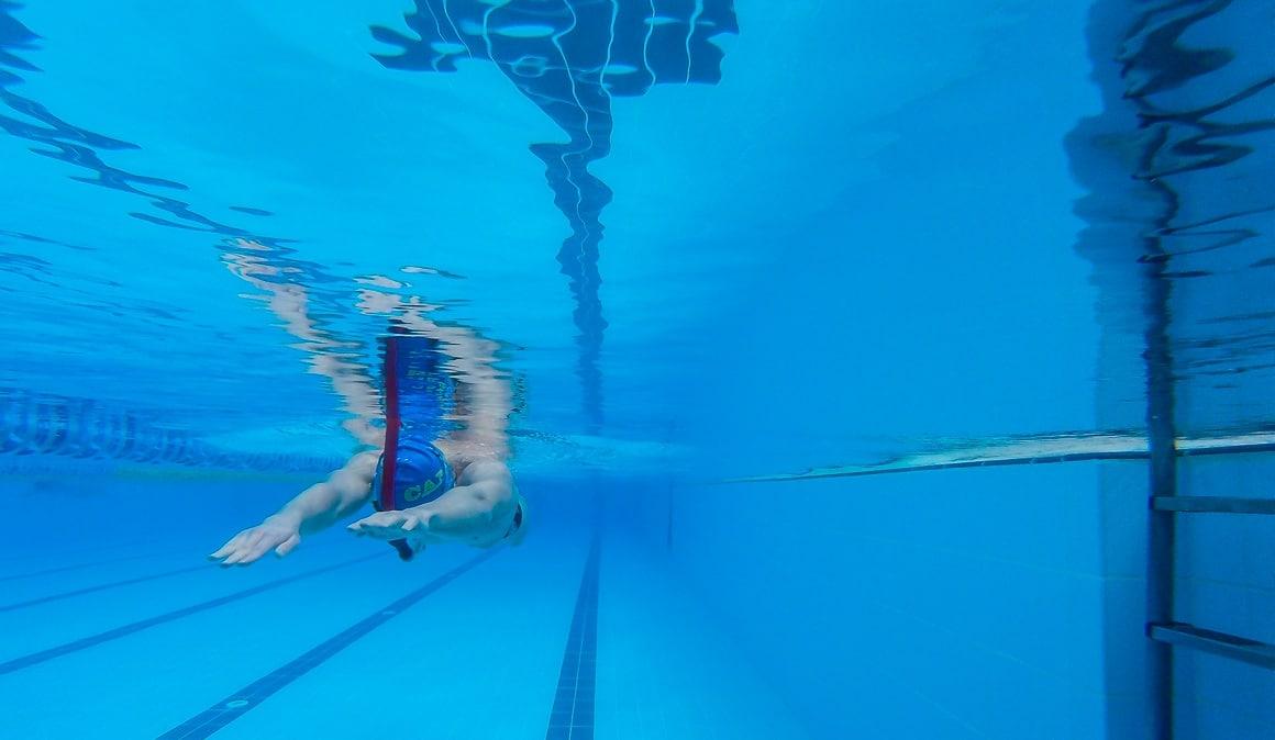 Nadar sirve para bajar de peso